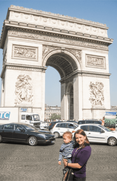 Mom and child in front of Arch de Triumphe