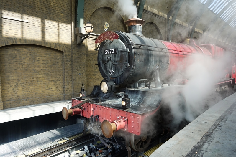 wizarding world of harry potter hogwarts express coming into the station
